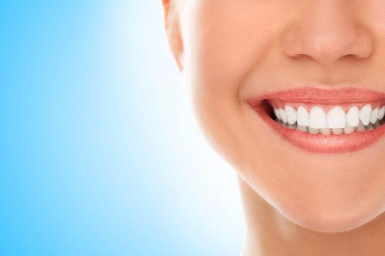 Quando procurar um dentista em Curitiba para fazer clareamento dental?